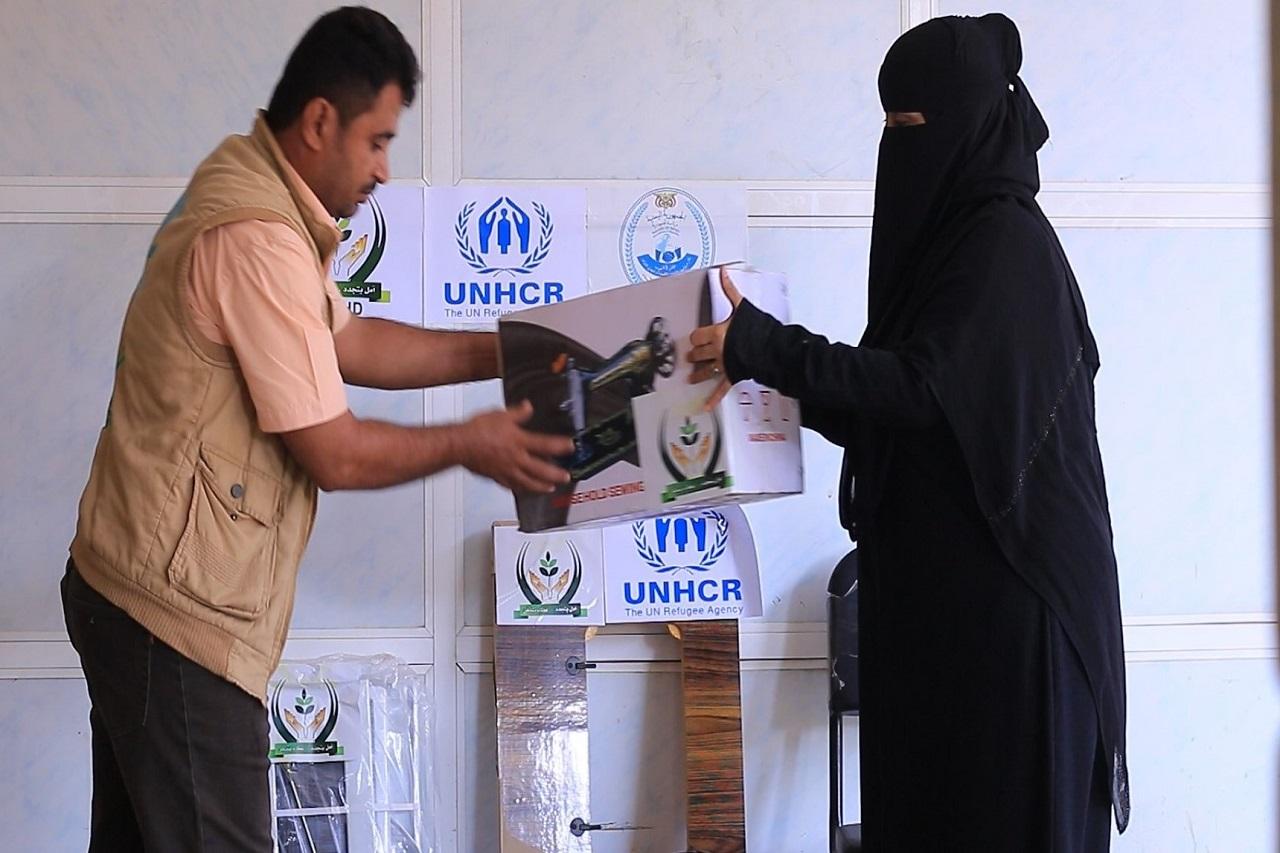 توزيع 80 ماكينة خياطة للأسر النازحة في مدينة الحديدة بهدف المساعدة في تحسين سبل المعيشة